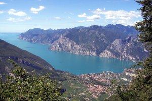 """Lago di Garda, największe jezioro we Włoszech, to jeden z """"klejnotów"""" winiarskiego regionu Veneto"""