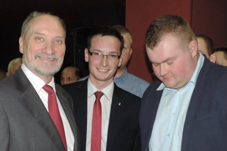 Kamil Gniatkowski (w środku) to nowy człowiek Antoniego Macierewicza. Pełni obowiązki szefa jego biura poselskiego.