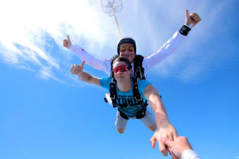 Skok ze spadochronem zamiast książki o lotnictwie? Dla HENRYka to wymarzona opcja