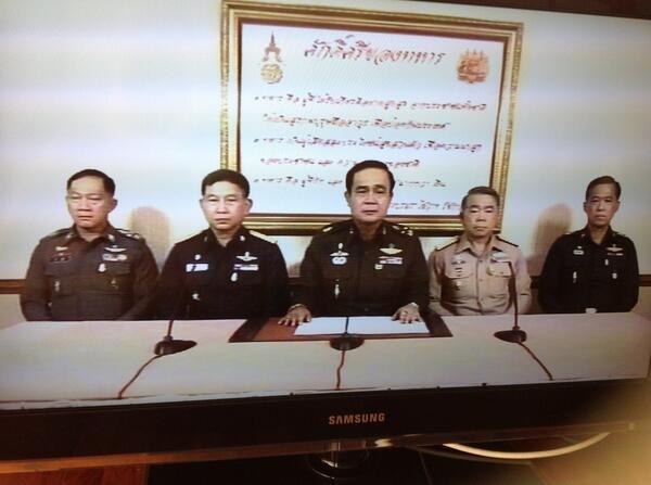 Generał Prayuth Chan-ocha ogłasza w telewizji przejęcie władzy przez armię