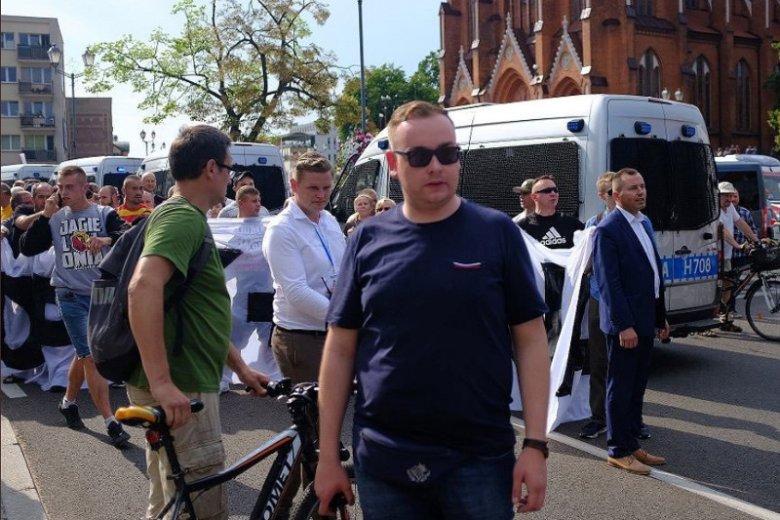 Radny PiS twierdzi, że dlatego stał na czele kiboli podczas Marszu Równości, bo policja poprosiła go o pomoc.
