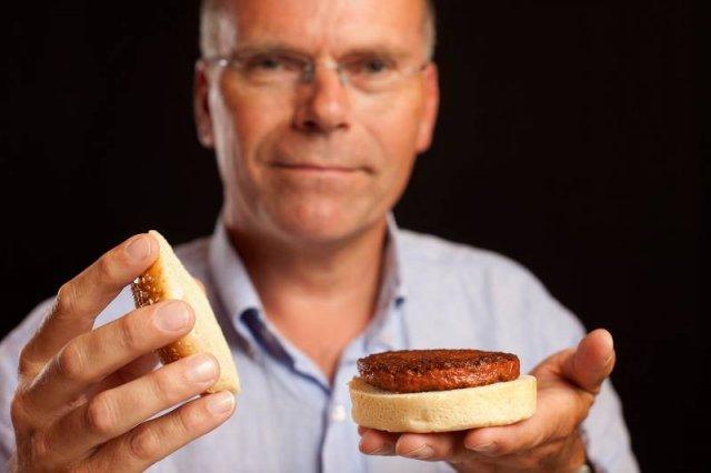 Dr Mark Post z hamburgerem stworzonym w laboratorium z komórek macierzystych.