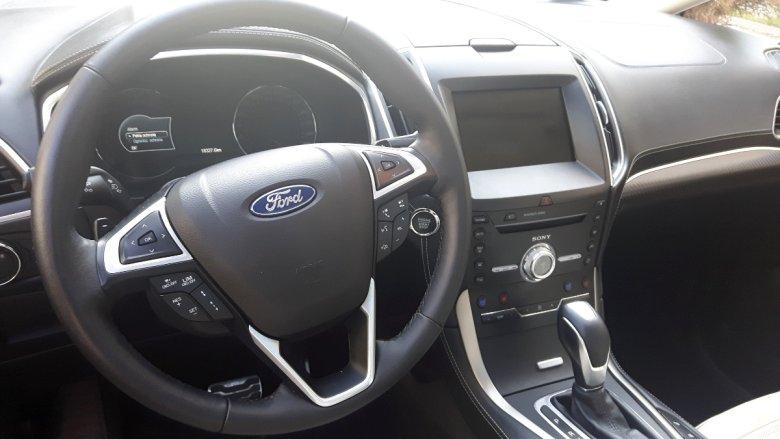Kierownica po wyłączeniu silnika osuwa się od kierownicy i podnosi, żeby łatwiej było wysiąść z auta.