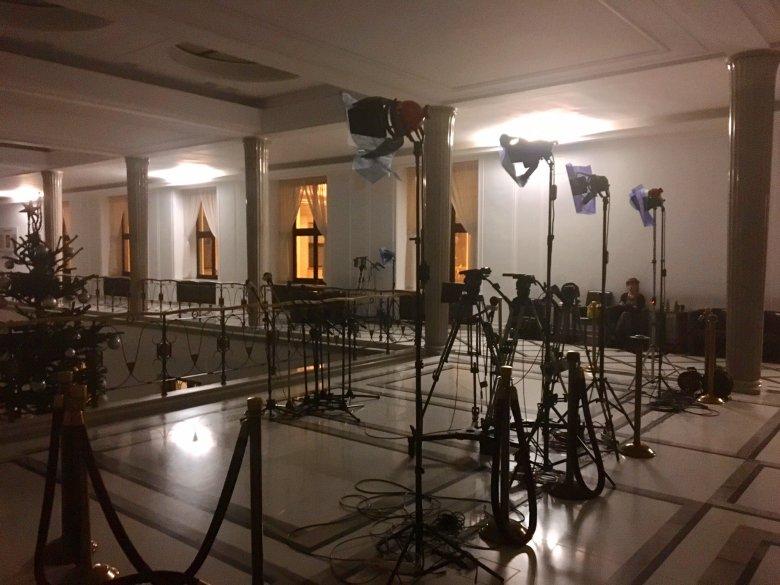 Puste stoliki dziennikarskie w Sejmie.