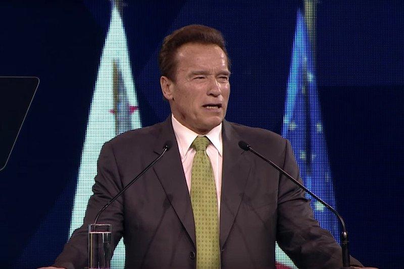 f7953effd9 Screen z YouTube   Arnord Schwarzenegger Paweł Kalisz 17 lipca 2018 A rnold  Schwarzenegger w ostrych słowach podsumował spotkanie ...