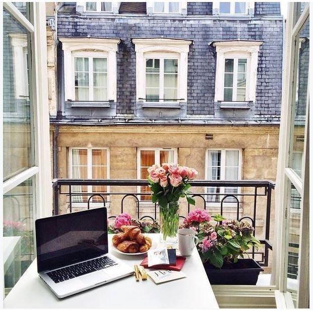 Nawet przy otwartym  na oścież oknie możemy stworzyć sobie romantyczny i przyjemny kącik relaksu.