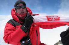 Artur Hajzer na szczycie Nanga Parbat  w 2010 roku. Tym razem Polacy chcą się wspiąć na szczyt zimą, w znacznie trudniejszych warunkach.