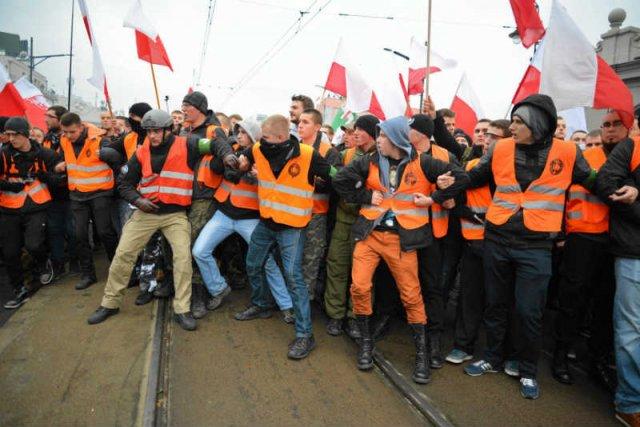 W tym roku to nie policja, a Straż Marszu przyjęła główne uderzenie zadymiarzu z Marszu Niepodległości.