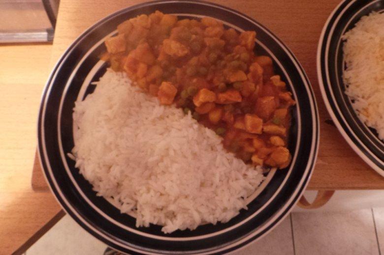 Kurczak curry z kartoflami i groszkiem