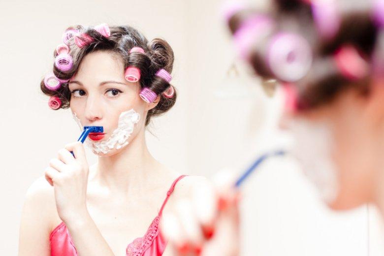 Nadmiar testosteronu u kobiet może powodować pojawienie się nadmiernego owłosienia na twarzy.