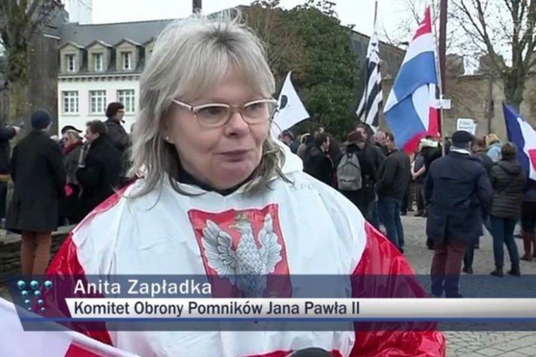 Anita Zapłatka jest członkiem Klubu Gazety Polskiej w Paryżu i obrońcą pomnika Jana Pawła II.