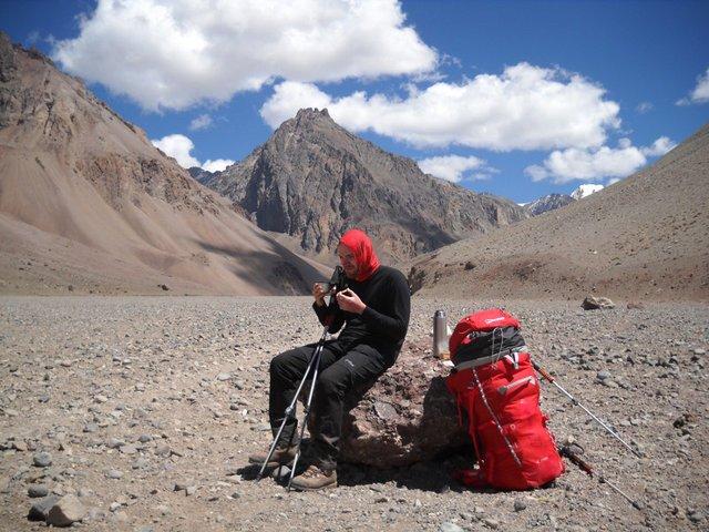 Łukasz Żelechowski odpoczywa w drodze na najwyższy szczyt Ameryki Południowej.