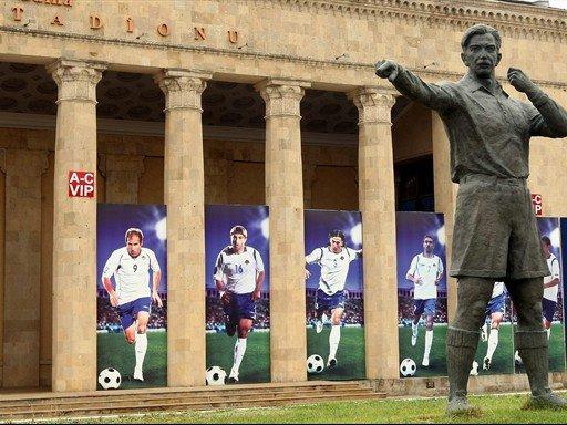Posąg Tofika Behramowa przed stadionem jego imienia w Baku