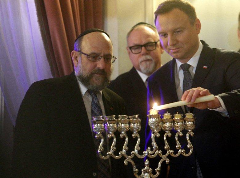 Od lewej: Michael Schudrich, Prezydent RP Andrzej Duda podczas zapalenia światła Chanuki .
