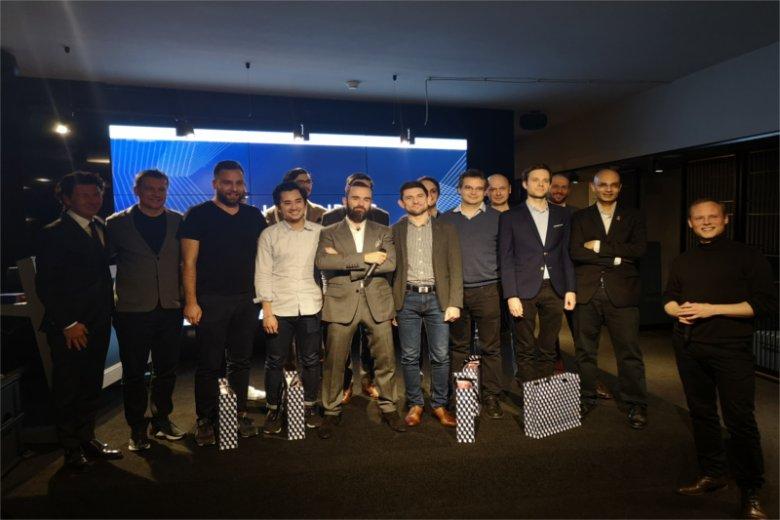Nagrodzeni start-upowcy podczas Graduation Day. Z tyłu ich mentorzy, a w środku twórca InCredibles – Sebastian Kulczyk.