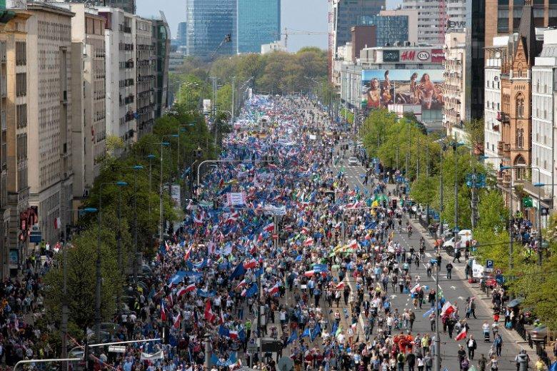 Protestujący przeszli z Placu Bankowego w Warszawie na Plac Konstytucji