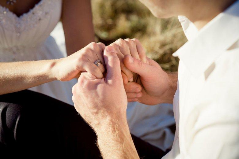 Polacy za rękę trzymają jedynie partnerów lub dzieci.