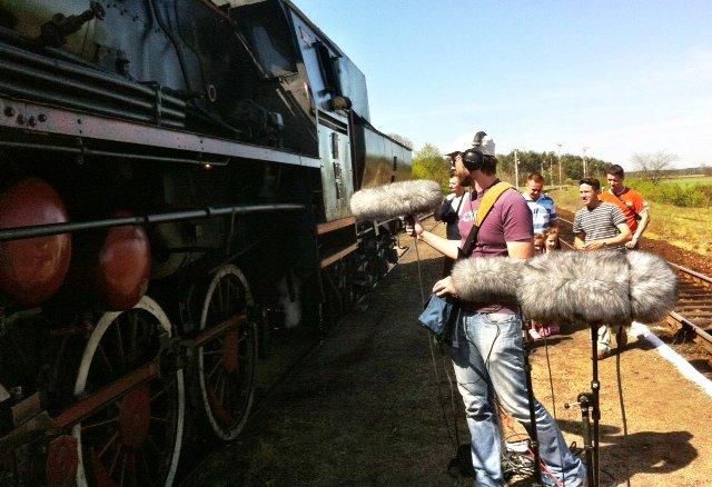 """Stacja Mochy. Przejazd """"pociągu retro"""". Na peronie """"łowca dźwięków"""" wyposażony w system nagrywający i trzy mikrofony. Dźwięk wjeżdżającego na stację parowego pociągu jest dziś unikalny."""
