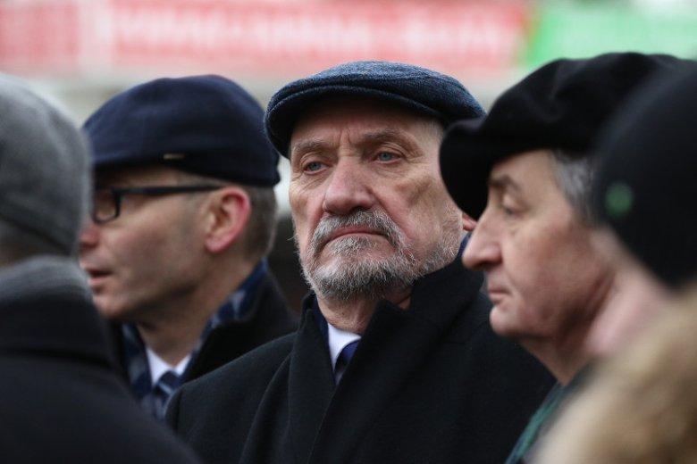 Były minister obrony Antoni Macierewicz podczas obchodów miesięcznicy smoleńskiej. Pierwszy raz po dymisji.