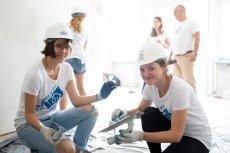Dla niektórych wolontariuszy remontowanie mieszkania było pierwszą przygodą z blichówką i gipsem.