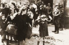 Jedno z najbardziej przejmujących zdjęć z getta - żydowski chłopiec i jego rodzina w otoczeniu Niemców.