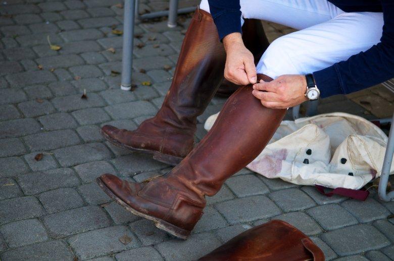 Zakładanie butów do gry w Polo