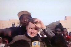 Podekscytowani mieszkańcy Senegalu nie pozwalali dojść do głosu dziennikarzowi TVN24. Nagle pojawił się jego wybawca z patykiem w ręku.