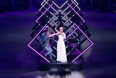 Brytyjska piosenkarka SuRie zachowała zimną krew, gdy na scenę w trakcie jej występu wpadł mężczyzna i wyrwał jej mikrofon.