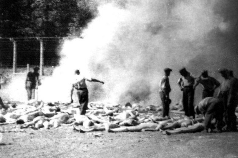 Członkowie Sonderkommando palący zwłoki węgierskich Żydów zamordowanych w komorach gazowych Auschwitz-Birkenau. Sierpień 1944.