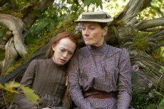 """Powieść """"Maryla z Zielonego Wzgórza"""" to prequel kultowego cyklu powieściowego Lucy Maud Montgomery. Książka pióra Sarah McCoy opowiada o losach Maryli Cuthbert (na zdjęciu z prawej w kreacji Geraldine James) przed przybyciem Ani Shirley na Zielone Wzgórze"""