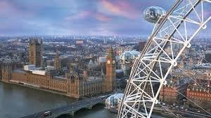 LondonEye z widokiem na Londyn.