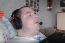 Niepełnosprawny youtuber spotkał sięz hejtem w sieci z powodu picia alkoholu i palenia papierosów