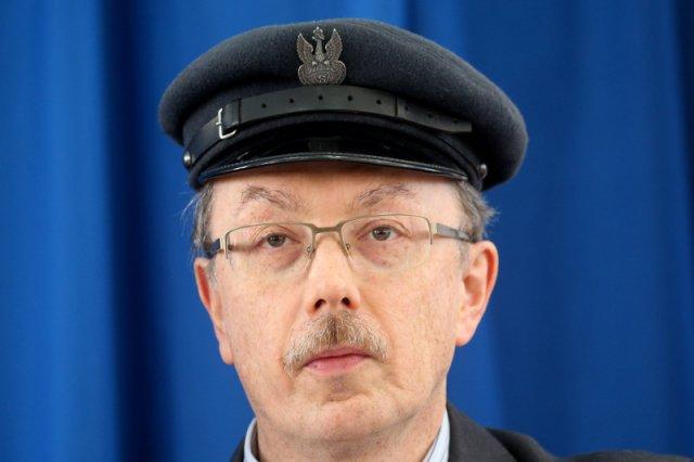 Adam Słomka charakteryzuje się na marszałka Piłsudskiego, nie rozstaje się z charakterystyczną czapką - maciejówką