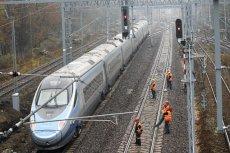 Pociag Pendolina na torach. Szybka kolei wymusiła likwidację niektórych mniejszych i większych połączeń na terenie całego kraju.