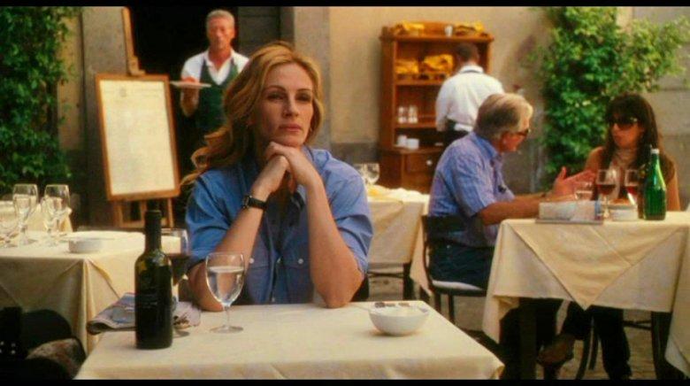 """Co prawda akcja filmu """"Jedz, módl się, kochaj"""" nie rozgrywa się akurat w Toskanii ani Prowansji, ale założenia są takie same. Oto Amerykanka po przejściach udaje się w podróż po świecie, żeby odnaleźć szczęście dzięki prostocie."""