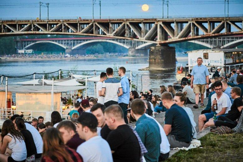 Bulwary nad Wisłą,  miedzy mostem Świętokrzyskim a mostem Poniatowskiego.