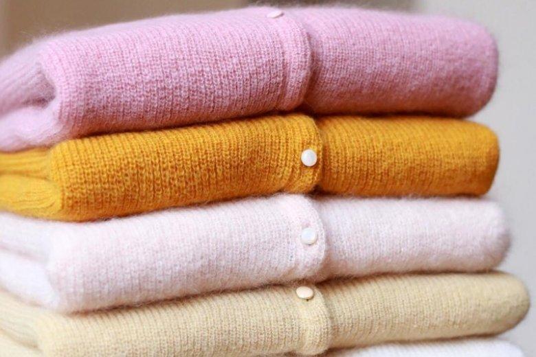"""Czy warto ustawić się w  """"intenretowej kolejce"""", która liczy tysiące osób po zwykły sweter?"""