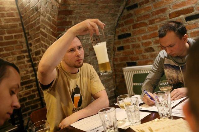 Jak się w tym wszystkim rozeznać? Kursy degustacji piwa organizowane są w multitapach.