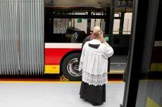 Proboszcz na warszawskim Bródnie chce specjalnego autobusu, który przywiezie wiernych na msze.