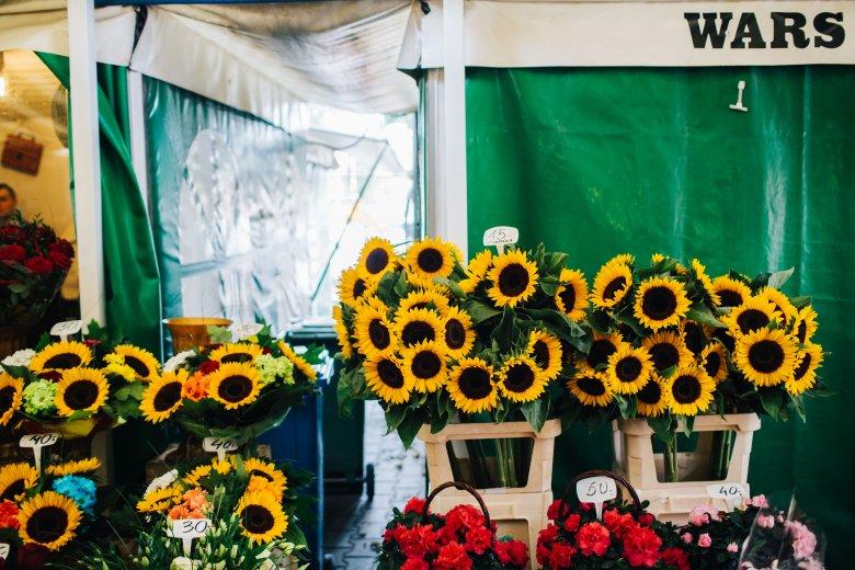 Kwiaty przed Halą Mirowską sprzedawane są od ponad 130 lat.