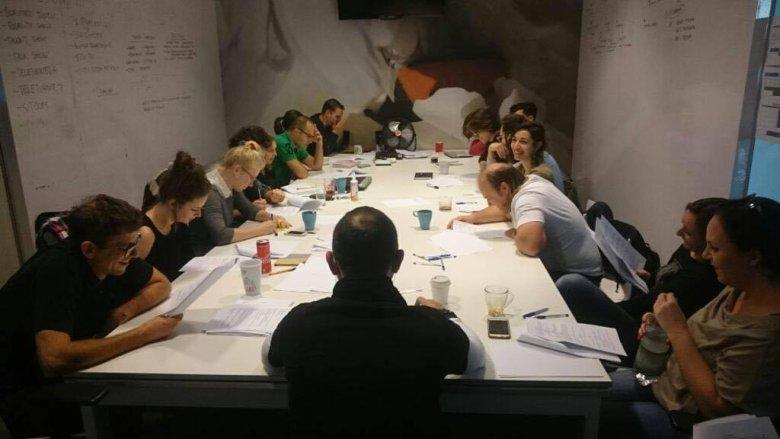 Tak wygląda praca we writers room - pokoju scenarzystów odpowiedzialnych za skecze.
