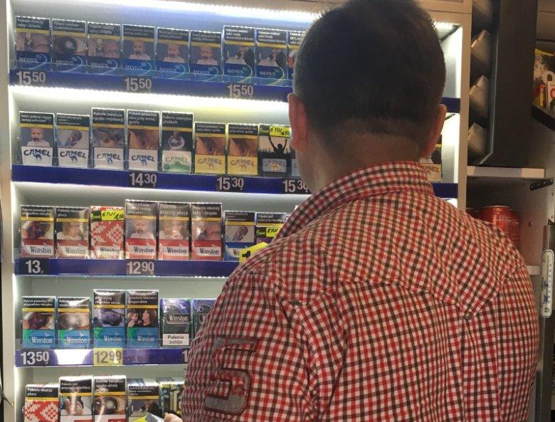 Zwykle klienci proszą, by wymieniać im opakowania papierosów, które przedstawiają drastyczne obrazki. Niektórzy mają nawet swoje ulubione