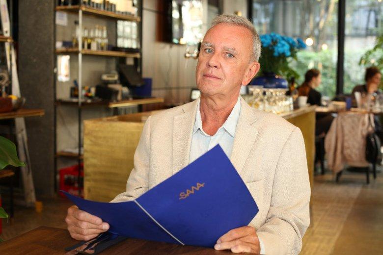 """Krzysztof Jaroszyński jest twórcą kultowego sitcomu """"Daleko od noszy"""". Serial wróciłz nowymi postaciami."""