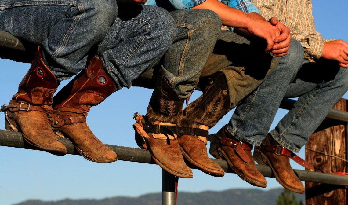 Dobrze noszone buty zdobią wranglers na rodeo w małych hrabstwa. Słowo wrangler w Stanach Zjednoczonych oznacza kowboja, człowieka zajmującego się końmi.
