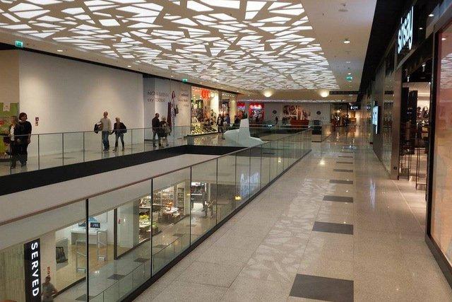 Łódź. Zdziwieni klinci wśród nieczynnych sklepów