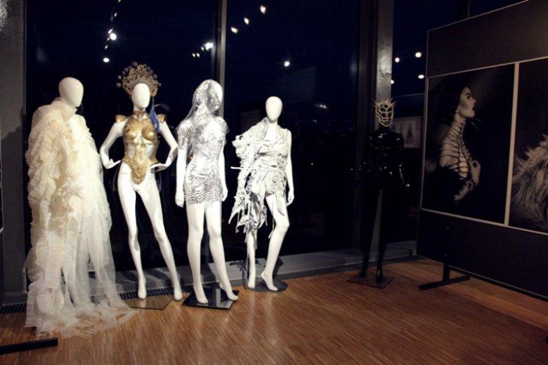 Na wystawie można zobaczyć kostiumy z przełomu XX i XXI wieku