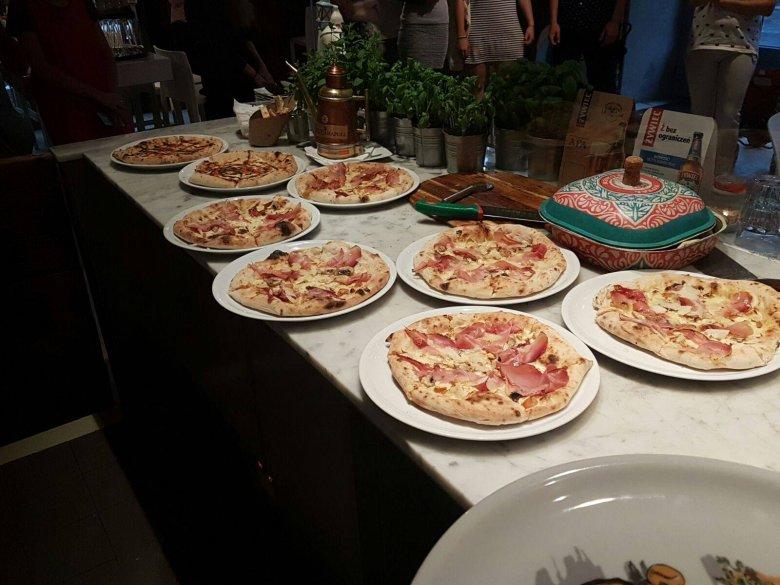 Pizze są wypiekane w tradycyjnym piecu, gdzie mogą zostać jedynie na kilkadziesiąt sekund. Zdaniem wielu mieszkających w Warszawie Włochów to właśnie pizza ze Świętokrzyskiej jest najsmaczniejsza w mieście.