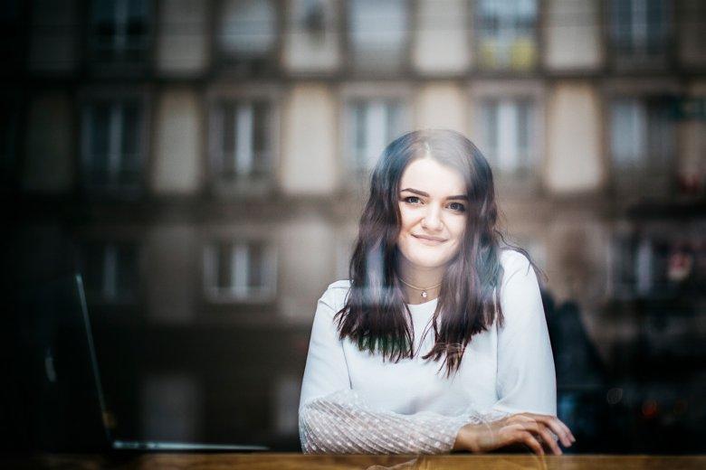 Alona, mimo że nie mieszka w Warszawie nawet czterech lat, sprawia wrażenie o wiele bardziej zadomowionej w mieście niż wiele dziewczyn, które przyjechały do stolicy z innych części Polski. Często można ją spotkać w śródmiejskich kawiarniach.