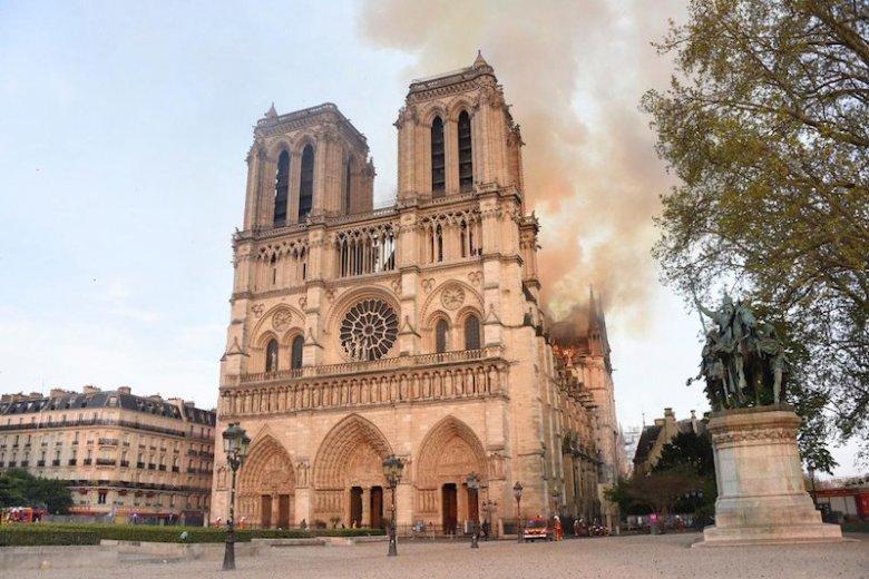 Dokładna przyczyna pożaru katedry Notre Dame na razie nie jest znana. Prokuratura wszczęła śledztwo.