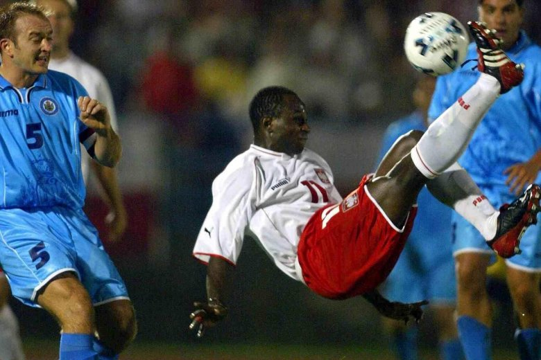 Emmanuel Olisadebe w meczu z San Marino w 2002 roku.